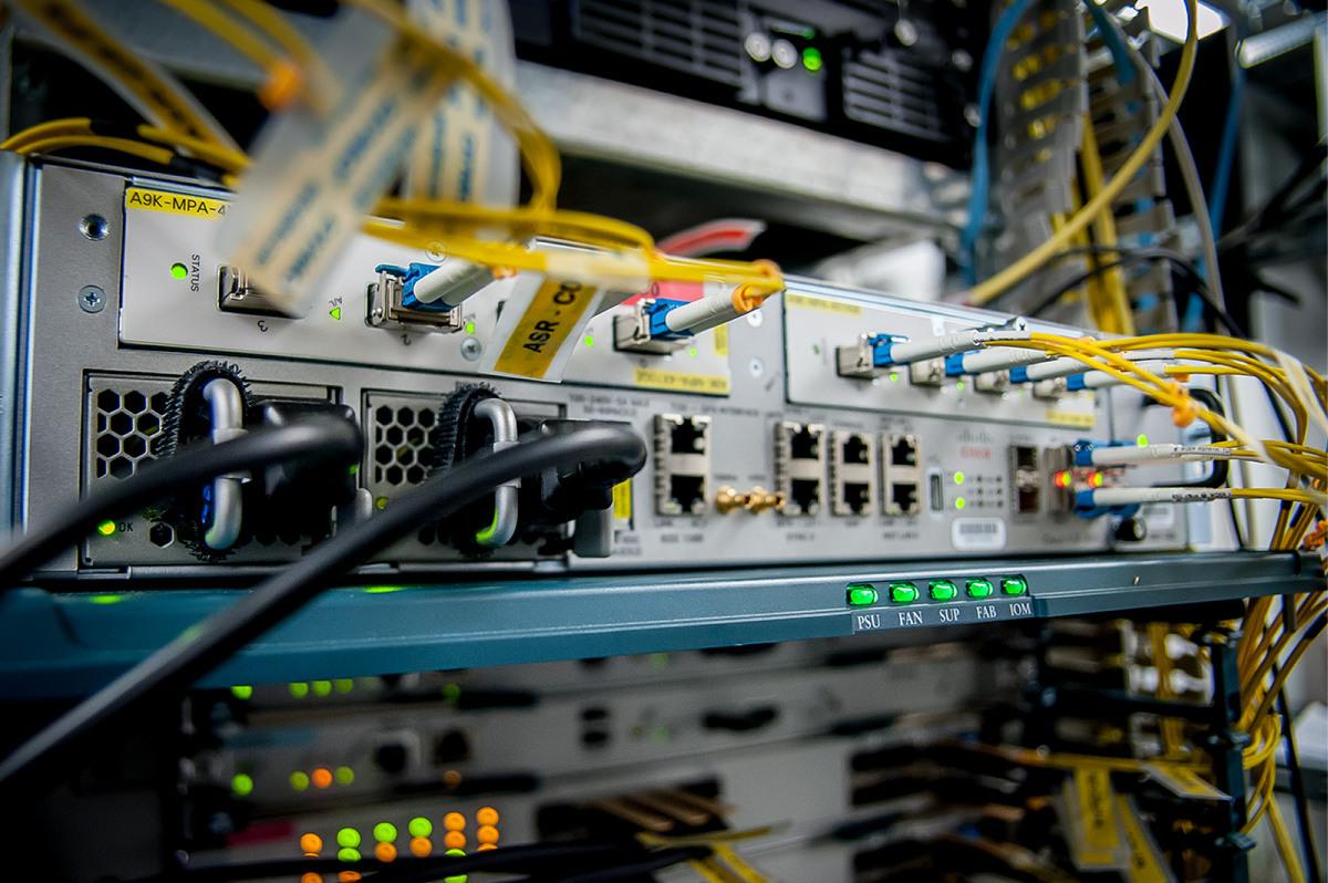 Коммутатор с оптическими портами и инсталлированными в них оптическими модулями